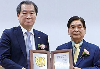 Gyeong-IL Choi, the chairman of Hana Pharm, received 'Achievement Award for Development of SNU College of Pharmacy'